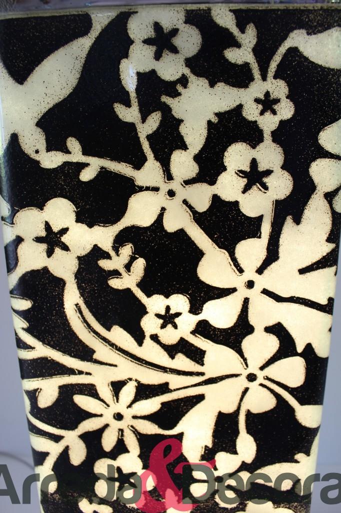 lampada nera con fiori